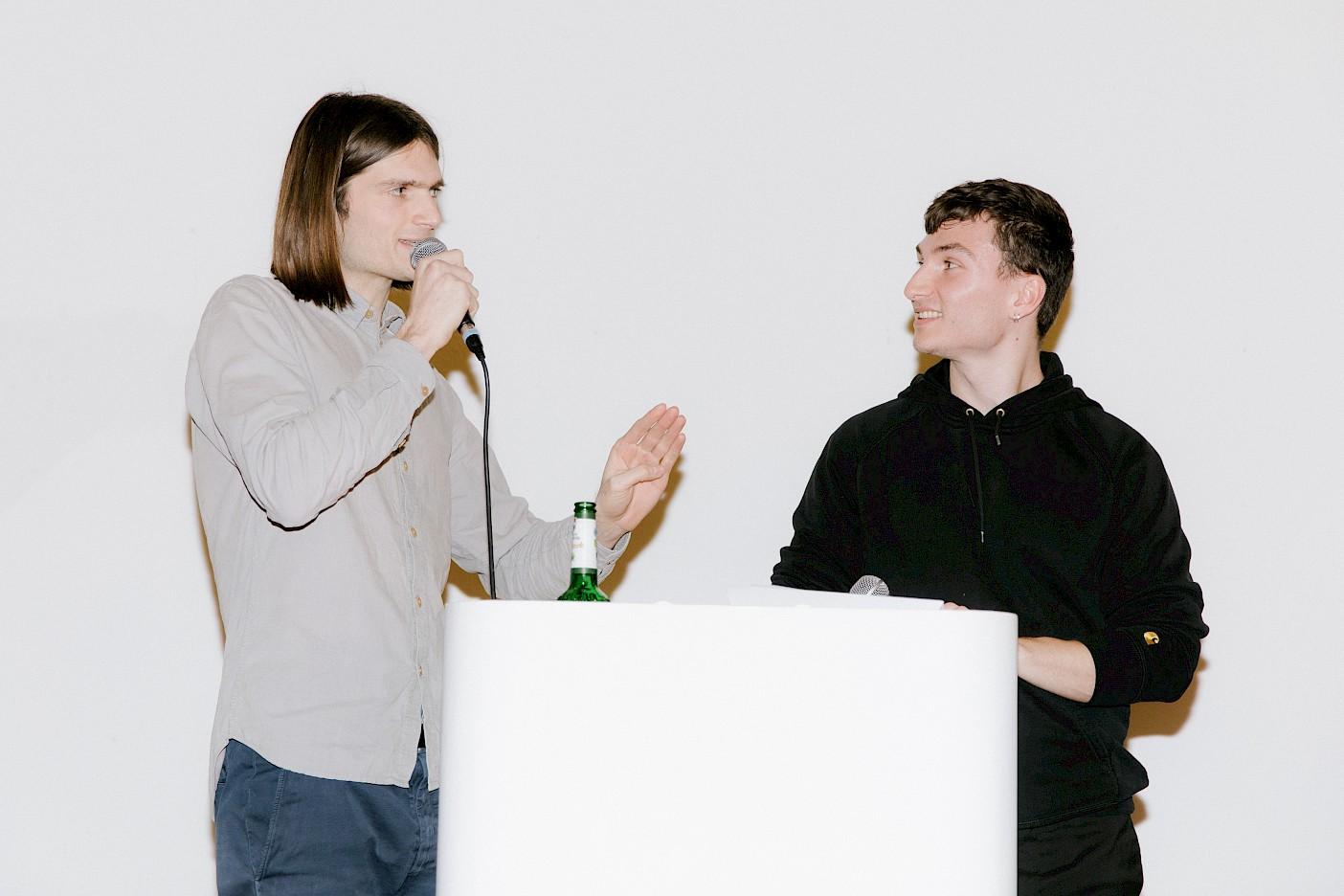 Die Studenten Jack Brennan und David Moser moderieren die Preisverleihung
