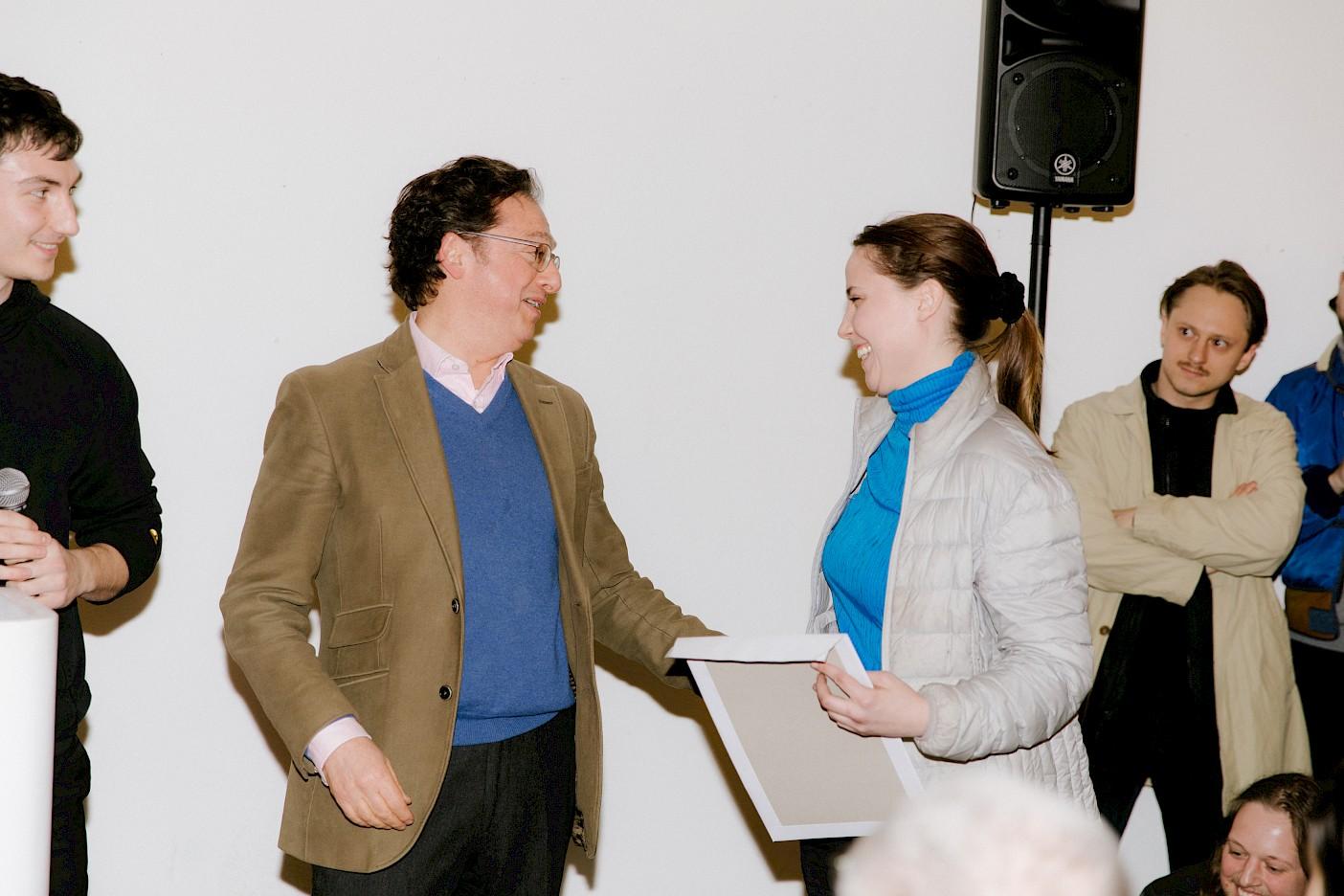 Doron Israel überreicht den Lowland Preis an Alex Thake