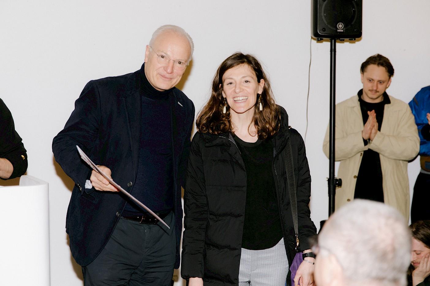 Jürgen Conzelmann übergibt seinen Preis an Sara Rossi