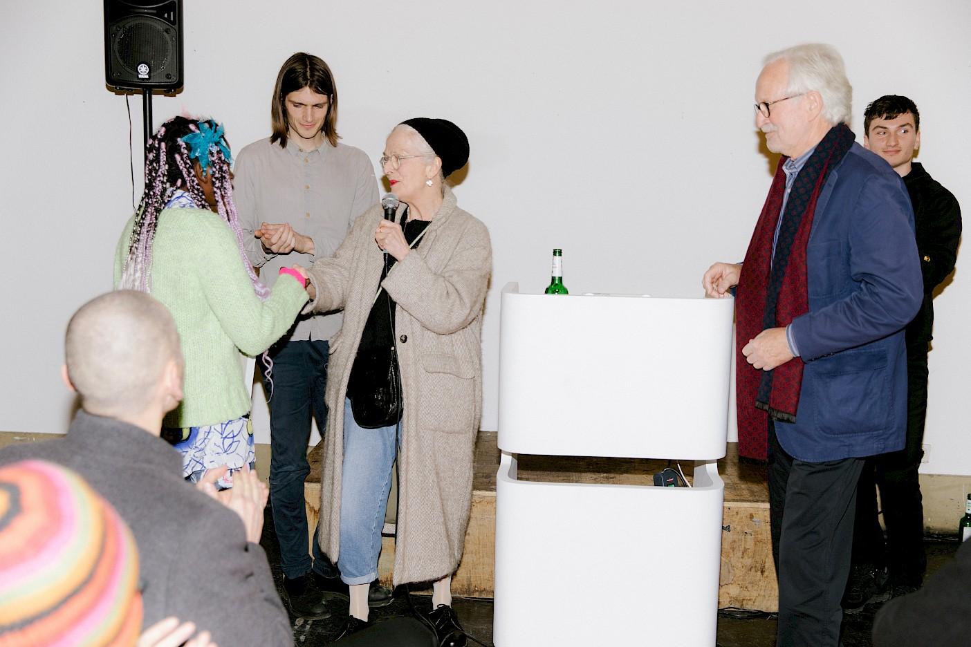 Christiane Cuticchio und Harald Meyer verleihen Rashiya Elanga den Preis der Künstlerhilfe Frankfurt e.V.