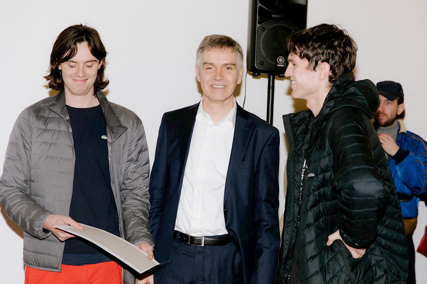 Albert Dietrich und Julian Krause bekommen den Preis der Landwirtschaftlichen Rentenbank von Peter Mirz übergeben