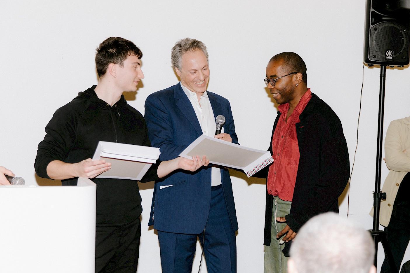 David Moser und David Dreyfus bei der Übergabe des Colliers International Preises an Shaun Motsi