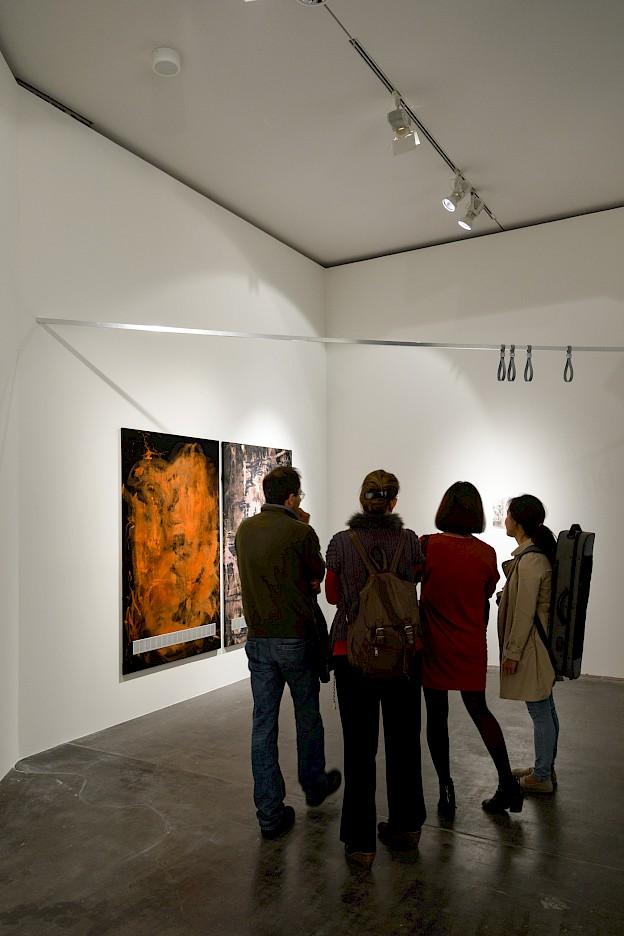 Besucher vor Absolventenpreisträgerin Leda Bourgognes Arbeiten , MMK – Museum für Moderne Kunst Frankfurt am Main