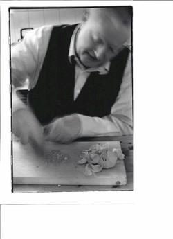 """""""Peter Kubelka, zubereitung von knoblauch mit steinzeitlichem werkzeug"""", photo: Friedl Kubelka"""