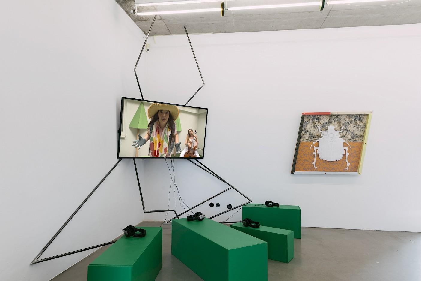 Nadia Perlov, Jardin Jadore, 2020, Video-Installation; Lady Bug, 2020, 100 x 100 x 6 cm, Installationsansicht L'Esprit—Absolventenausstellung 2020, Foto: Eike Walkenhorst